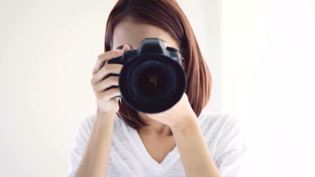 vidéos et rushes de femme photographe prendre des photos - photographe