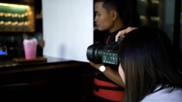 frau fotografen fotografieren - kamera blitzlicht stock-videos und b-roll-filmmaterial