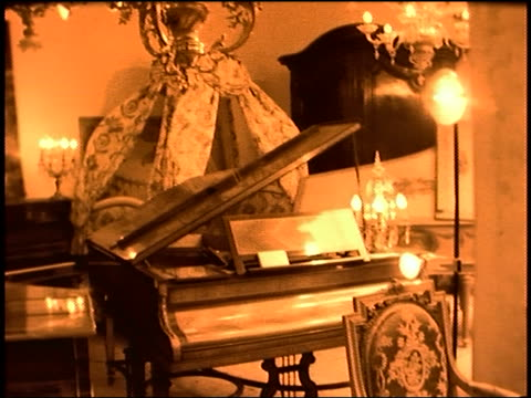 vídeos de stock, filmes e b-roll de pan woman photographer with camera in antique shop - antiquário loja