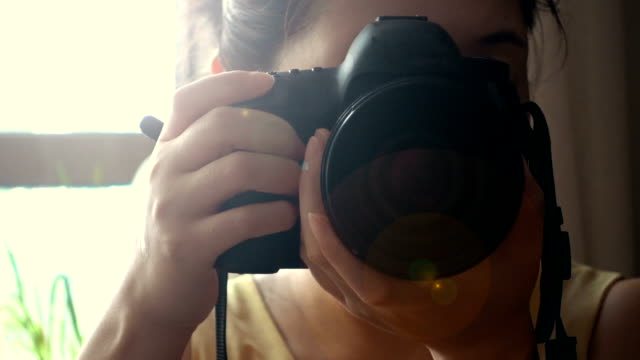 vídeos de stock e filmes b-roll de woman photographer with camera - documentário