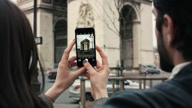 frau fotografieren arc de triomphe - fotografieren stock-videos und b-roll-filmmaterial