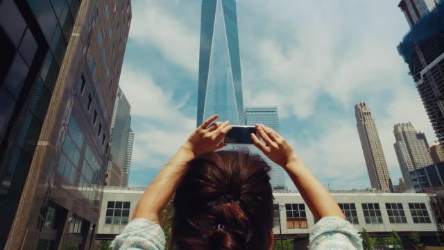 vidéos et rushes de femme photographier new york avec téléphone portable - photographing