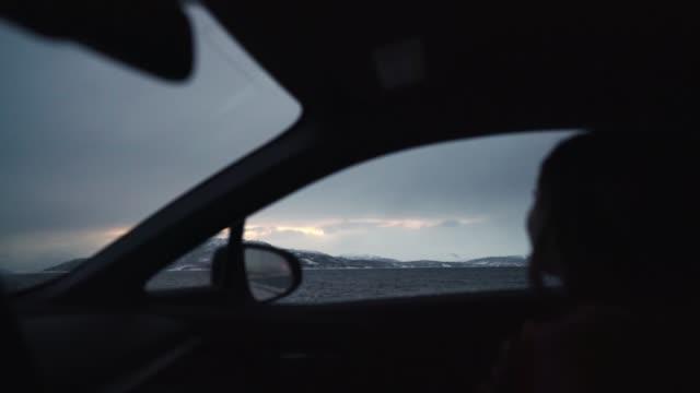 frau fotografiert ansichten von lofoten inseln im winter aus dem auto - ruhige szene stock-videos und b-roll-filmmaterial