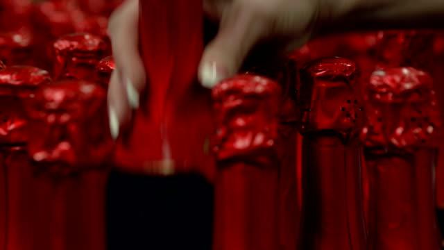 frau abholen eine flasche wein im supermarkt - sektkorken stock-videos und b-roll-filmmaterial