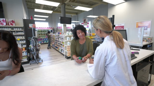 vídeos de stock, filmes e b-roll de mulher que pegara a prescrição na farmácia - prescription medicine