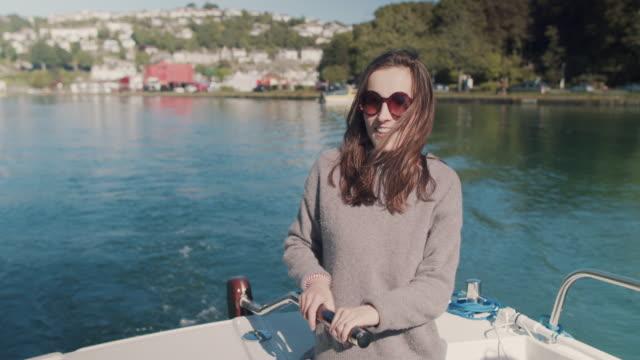 vidéos et rushes de woman piloting boat - cheveux bruns