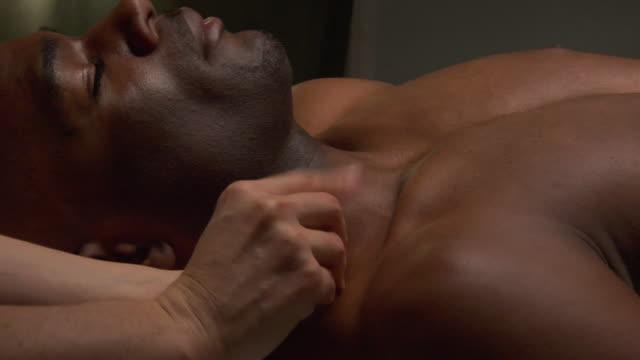vídeos de stock e filmes b-roll de cu zi woman placing acupuncture needles in man's shoulder / new york, usa - acupuntura