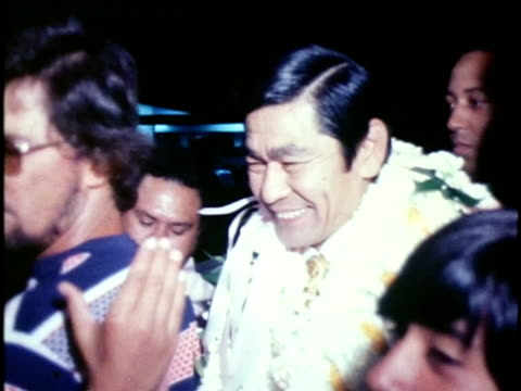 vidéos et rushes de woman placing lei around newly-elected hawaiian governor, george ariyoshi/ george ariyoshi greeting crowds of supporters/ officials congratulating... - homme politique