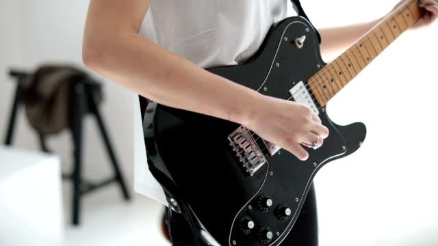 vídeos y material grabado en eventos de stock de guitarra del juego de mujer - performance group
