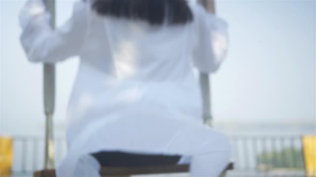 vídeos de stock e filmes b-roll de woman play on a swing. - jovem de espírito
