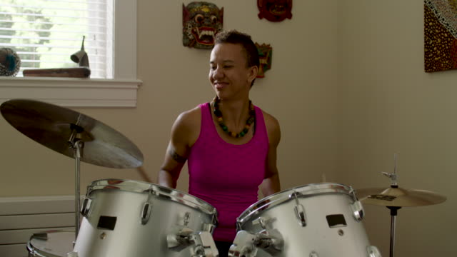 stockvideo's en b-roll-footage met woman playing and practicing drums at home - drummer