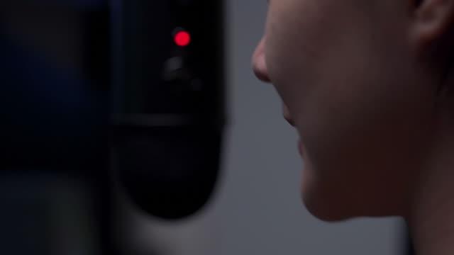 vidéos et rushes de femme jouant le jeu d'ordinateur à la maison - une seule adolescente