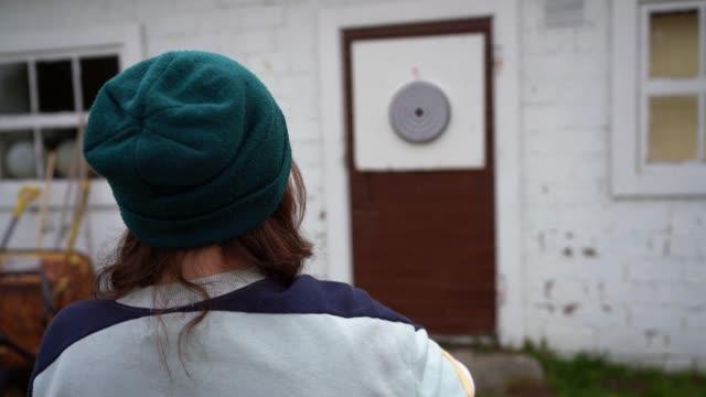 屋外でダーツをする女性 - ダーツ点の映像素材/bロール