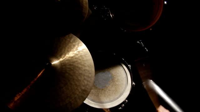 vídeos y material grabado en eventos de stock de mujer tocando tambores-junge frau spielt schlagzeug - frau