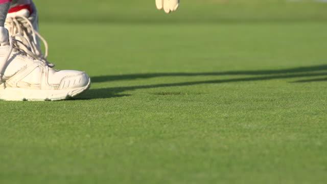 a woman playing golf. - slow motion - golfgreen bildbanksvideor och videomaterial från bakom kulisserna