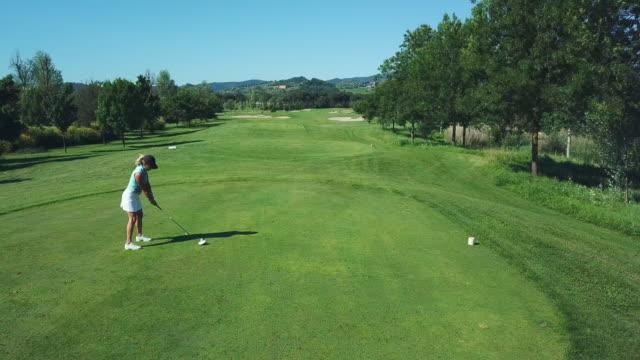 woman playing golf - baseballmütze stock-videos und b-roll-filmmaterial