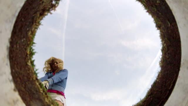 vidéos et rushes de a woman playing golf. - parcours de golf