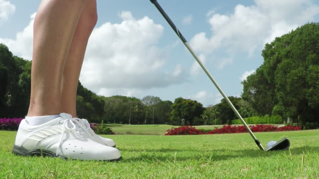 vídeos y material grabado en eventos de stock de woman playing golf - zapato de golf