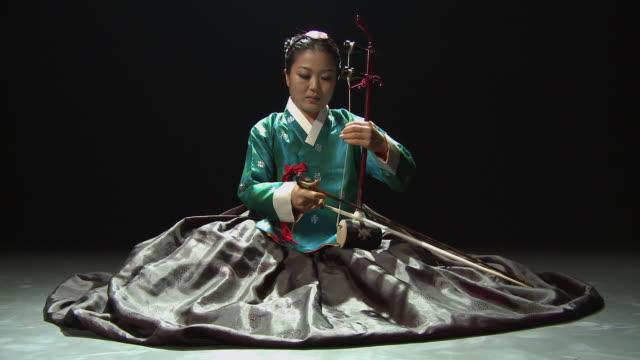 vídeos de stock, filmes e b-roll de ws ds woman playing haekum / seoul, south korea / audio - só uma mulher de idade mediana