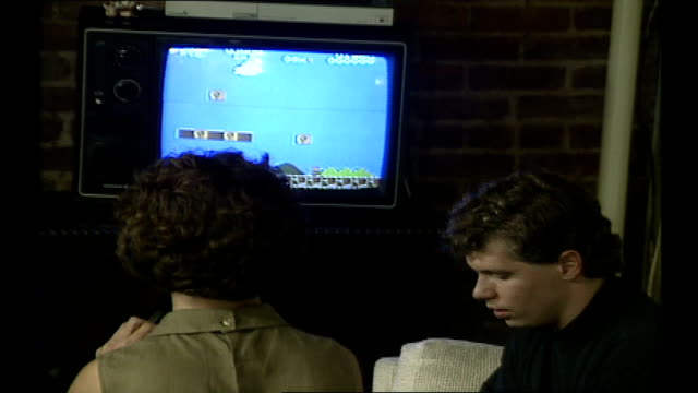 vidéos et rushes de woman playing mario on television - 1980 1989