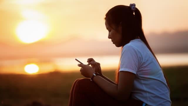 vidéos et rushes de femme jouant téléphone mobile - voyage d'affaires