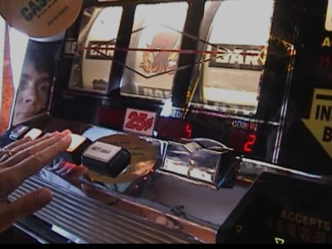 vídeos y material grabado en eventos de stock de mujer tocando tragaperras - máquina con ranura
