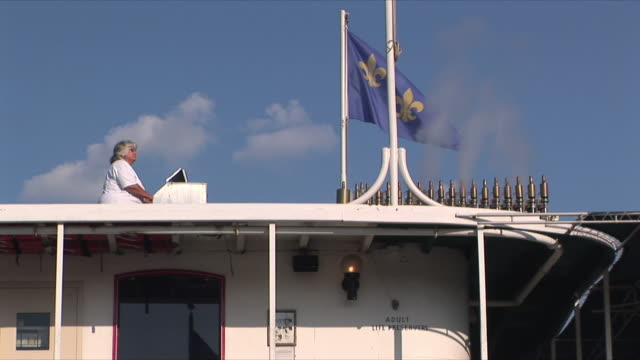 ws la woman playing steam organ on rooftop of steamer natchez riverboat, new orleans, louisiana, usa - パイプオルガン点の映像素材/bロール