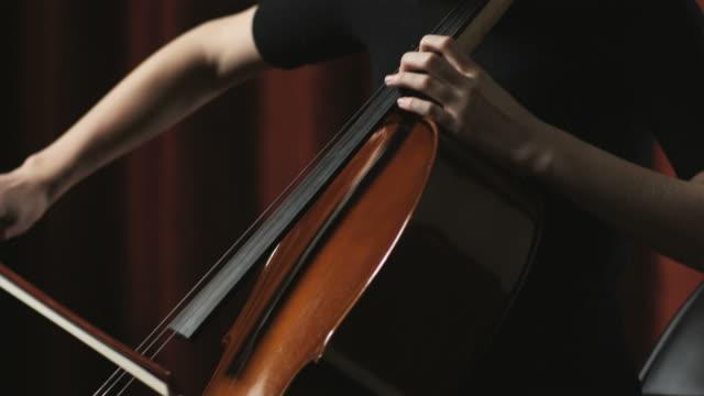 vidéos et rushes de woman playing the cello - violoncelle