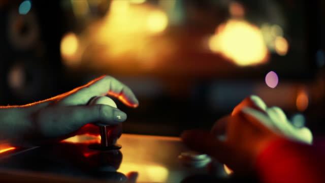 vídeos de stock e filmes b-roll de mulher jogando jogos de vídeo - jogo de lazer