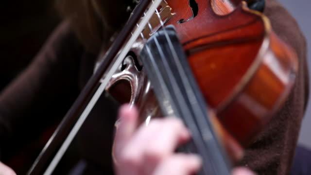 女性がバイオリンを演奏 - 交響楽団点の映像素材/bロール