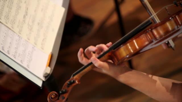vídeos de stock, filmes e b-roll de mulher tocando violino - teatro clássico
