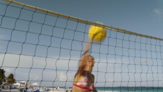 vídeos y material grabado en eventos de stock de ms woman playing volleyball on beach/ tulum, mexico - brazo humano