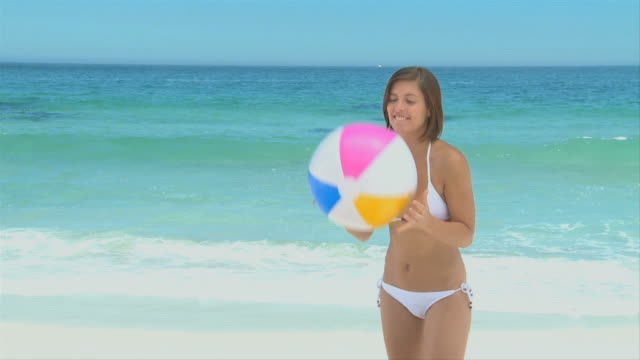 woman playing with a beach ball / cape town, western cape, south africa - ビーチボール点の映像素材/bロール