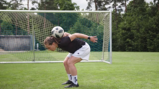 vídeos y material grabado en eventos de stock de mujer jugando con una pelota de fútbol - fémina