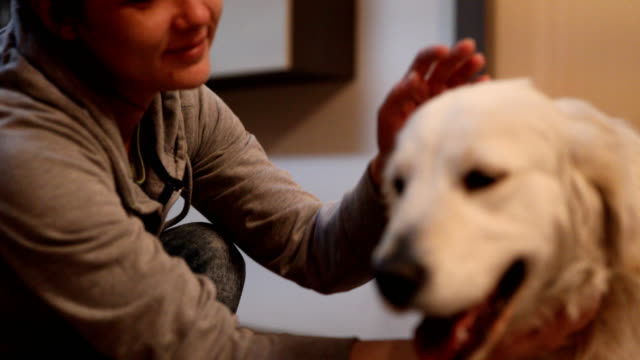 Kvinna leker med hund hemma