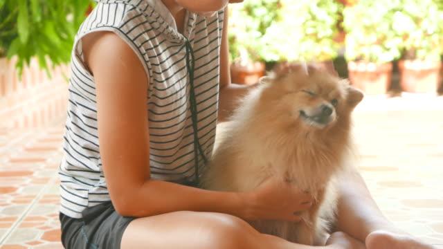 Kvinna leker med Pomeranian hund