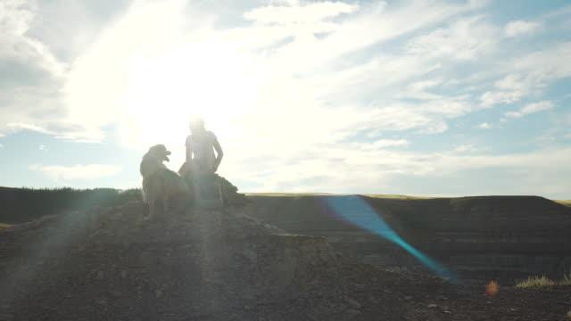 stockvideo's en b-roll-footage met vrouw speelt met de hond op de bergtop - alleen één mid volwassen vrouw
