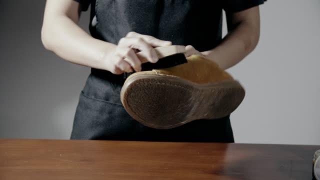 女性研磨日焼け革短靴 - ペア点の映像素材/bロール