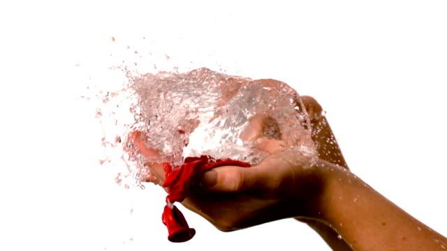 vídeos de stock, filmes e b-roll de mulher deslumbrante um vermelho de bexiga de água - balão decoração
