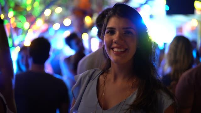 vídeos de stock e filmes b-roll de woman portrait at party - cultura jovem