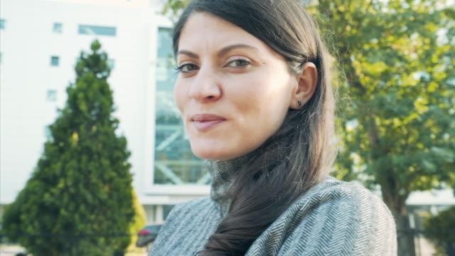 kvinna porträtt. - trust bildbanksvideor och videomaterial från bakom kulisserna