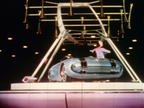 "vidéos et rushes de 1956 woman posing by blue pontiac ""car of the future"" on spinning platform at motorama / industrial - 1956"