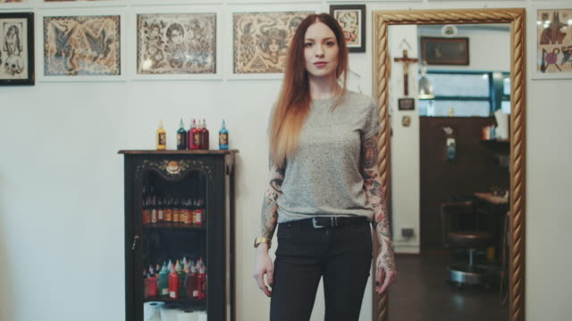 stockvideo's en b-roll-footage met vrouw poseren in de tattoo studio - tatoeage