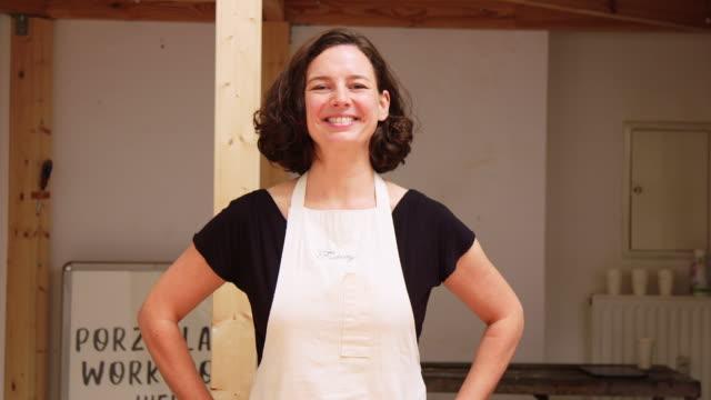 vídeos de stock e filmes b-roll de woman pottery artisan at her studio - retrato formal