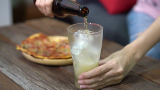 stockvideo's en b-roll-footage met vrouw gieten bier in glas. - beer alcohol
