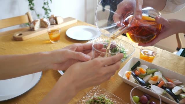ランチパーティーでアイスティーを注ぐ女性 - アイスティー点の映像素材/bロール