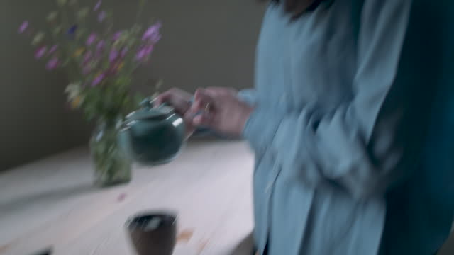 woman pouring tea - vorbereitung stock-videos und b-roll-filmmaterial