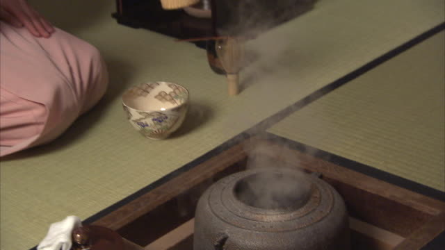 cu pan woman pouring water during tea ceremony, tokyo, japan - 注ぎ口点の映像素材/bロール