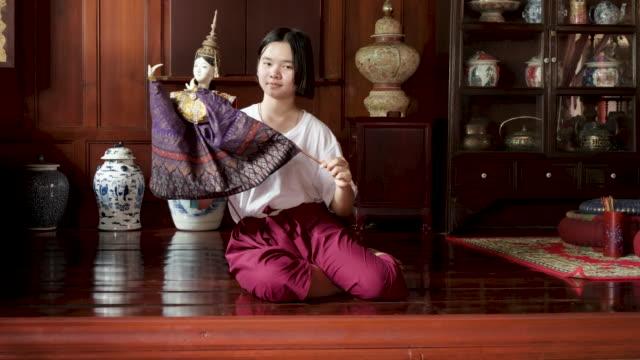 vídeos de stock, filmes e b-roll de fantoche tailandês tradicional da prática da mulher - arte, cultura e espetáculo