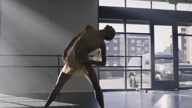 vídeos y material grabado en eventos de stock de woman practicing contemporary dancing in dance studio / lehi, utah, united states - lehi